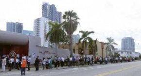 People wait in line to vote at a fire station near downtown, during the U.S. presidential election in Miami, Florida November 6, 2012. REUTERS/Andrew Innerarity (UNITED STATES - Tags: POLITICS ELECTIONS USA PRESIDENTIAL ELECTION) - RTR3A21Y